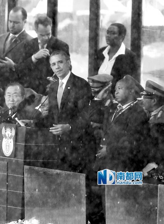 """塔姆桑加・扬奇(右)10日在约翰内斯堡足球城体育场参加曼德拉追悼会,为奥巴马等重要人物充当""""手语翻译""""。"""
