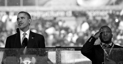 10日,曼德拉官方追悼会上,奥巴马致辞,扬奇在其身边冒充手语翻译。图/东方IC