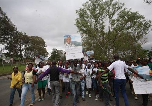 图片说明:在南非姆塔塔,数千市民集结成队,跟随在曼德拉灵车后,步行走向50公里外的曼德拉故乡――库努村。
