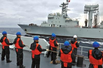 当地时间12月14日,中国海军第十六批护航编队在印度洋斯里兰卡以东海域成功进行了编队双舰同时横向综合补给,这也是编队自起航以来的第二次综合补给。图为前甲板区队正在做补给准备。