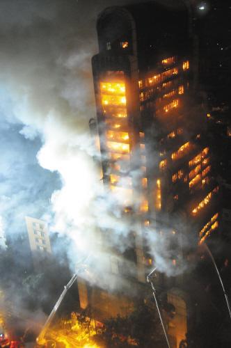 广州一20多层大楼起火 几乎被烧通透(图)