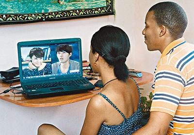 最近韩剧风靡古巴,《秘密花园》等大批韩剧在当地电视台热播,打破了巴西电视剧在古巴长达30年的垄断。图为古巴民众在网上看韩剧。
