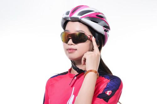 K1智能眼镜拥有全新体验滑动触控科技,通过滑动眼镜挂臂上的触控面板就能完成电话接听挂断切换、听音乐以及导航操作。