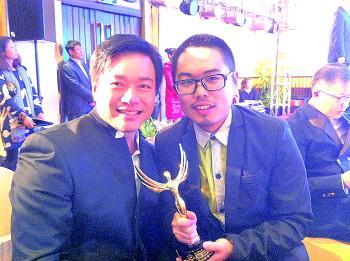 颁奖典礼上,李艳俊(右)与著名导演唐季礼。图片由受访者提供