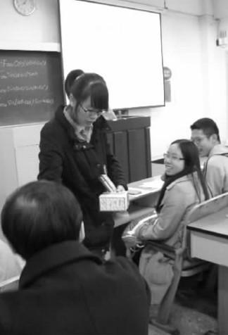 老师发放避孕套