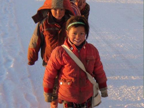 孩子们走在下雪的上学路上