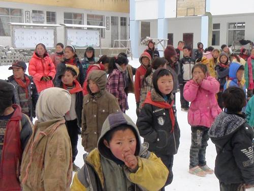 孩子们站在雪中的操场