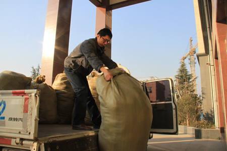 林州局:捐赠冬衣千余件 贫困家庭暖越冬(组图)