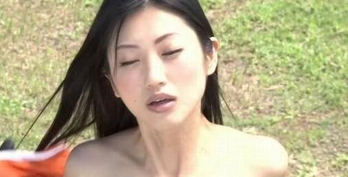 亚洲情色黄色_情色女星坛蜜拍片全裸打怪兽 边打边玩色诱