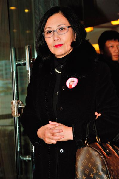 汪明荃12月9日微博提到,1988年3月在北京开会期间,红线女亲自把粤剧《穆桂英大破洪州》的剧本一字一句地为她录音,教她唱。