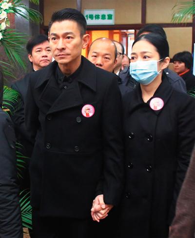 """刘德华偕妻子朱丽倩参加追悼会。他12月9日在华仔天地官方网站留言:""""疼我的长辈,广州一别,您走了!心痛,哀念,默祷:女姐走好。"""""""