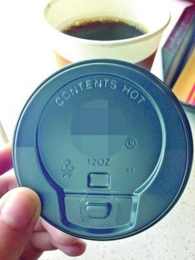 喝热饮 你看杯盖吗