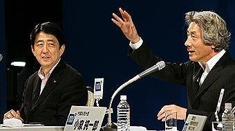 小泉纯一郎批安倍_图为日本首相安倍晋三左和日本前首相小泉纯一郎右.