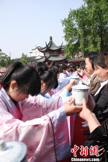 在夫子庙举办成人礼,引导学生廉洁诚信做人 吴德 摄
