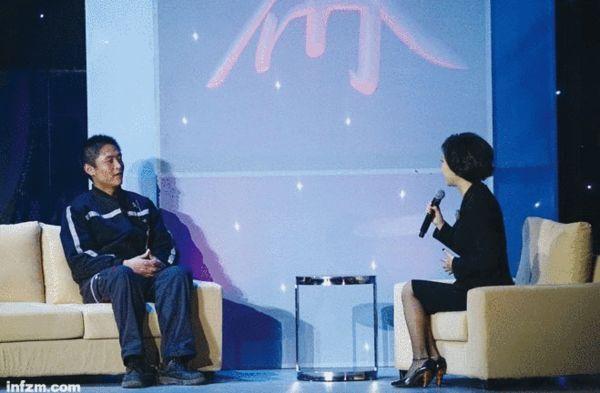 秦永辉(左)想给雷军送快递,想以后开公司,雷军能投资。他现在用的手机,就是雷军的小米。 (南方周末记者 冯飞/图)