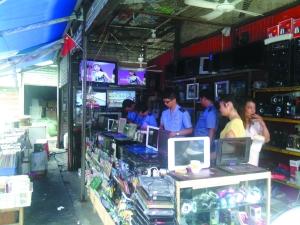 瑞宝街道文化站协同工商部门查处非法售卖卫星电视的店铺。