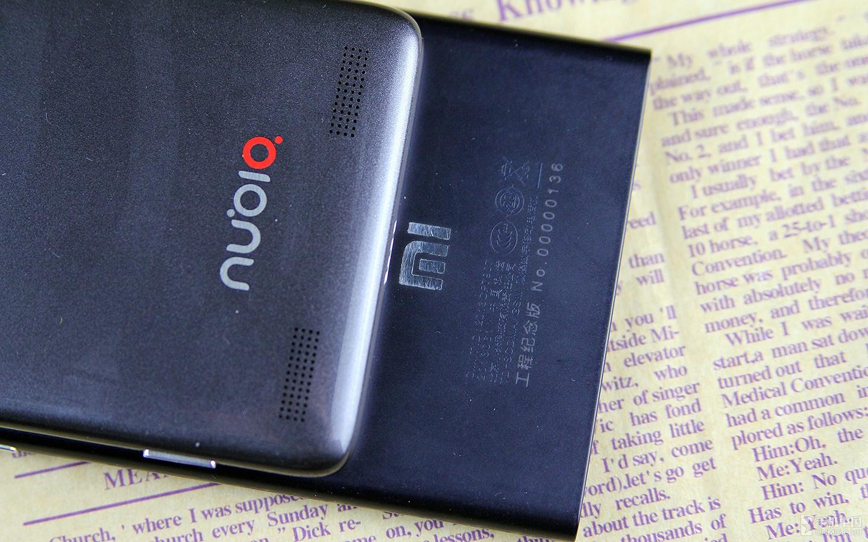 在背后下面,两款手机的设计理念如出一辙,除了偌大的品牌LOGO之外,这两款手机的扬声器也被安放在此。