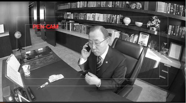 """这段搞笑视频画面显示,潘基文正在电话里压低声音说""""我给现金,快把东西送来""""。"""