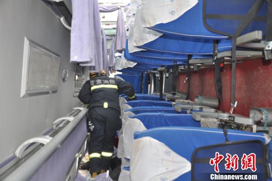甘肃平凉境内客车冰路行驶侧翻造成4死5伤高清图片