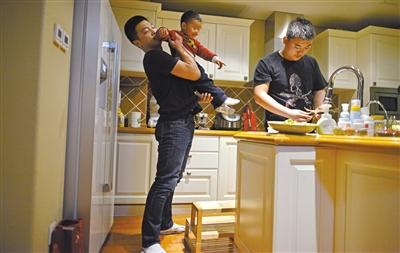 平时在家里,王皓负责带孩子,韩乐则帮忙做饭。他们也有着职业保镖温情的一面。