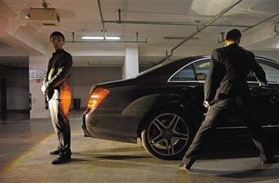 保镖按最安全的物理隔离方式,保障勇先生进入车内。