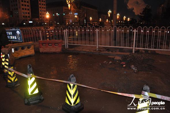 东单北大街中间的排水现场。 摄影:人民网 杨铁虎