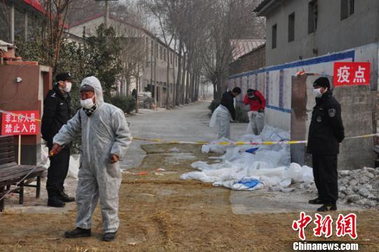 22日,保定市南市区焦庄乡朱庄村虎凤养鸡场门口拉起警戒线,有专人把守并消毒。 吕子豪 摄