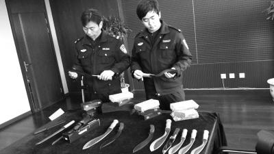 警方展示被查获的管制刀具.警方供图