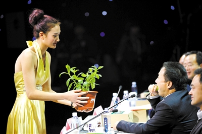 12月6日,邮储银行创富大赛半决赛,一位评委品尝选手带来的绿色蔬菜。新京报记者 薛�B 摄