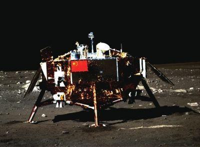 嫦娥三号着陆器及器载五星红旗,该图是由月球车上全景相机拍摄。国防科工局供图