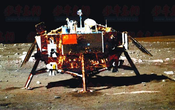 这是首次传回的嫦娥三号着陆器及器载五星红旗图片。新华社发国防科工局供图