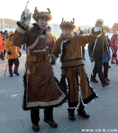 参加北极村徒步大会的鄂伦春族人