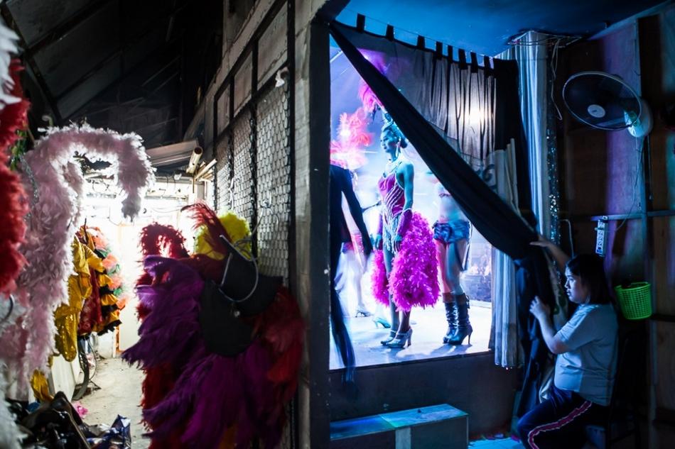 变性人为留男友诈骗住持17万_幕布背后的泰国变性人舞者(高清组图)-搜狐滚动