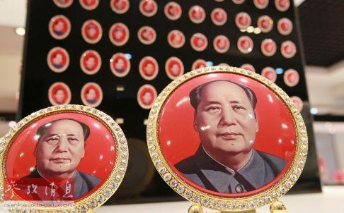 长沙一商店里的毛泽东像章纪念品