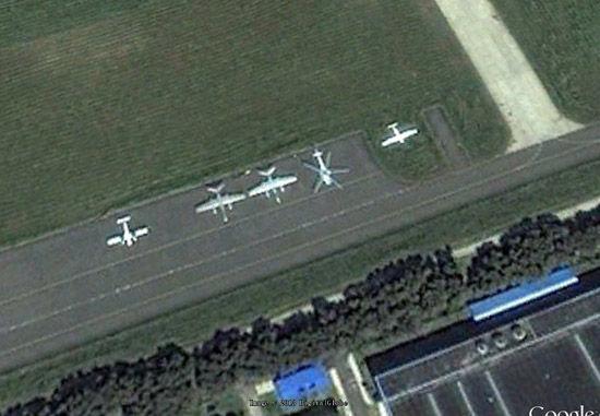 """资料图:谷歌地图显示中航工业哈飞的停机坪上已经有一架五桨叶的新型直升机停放,其尺寸与""""黑鹰""""相仿。"""