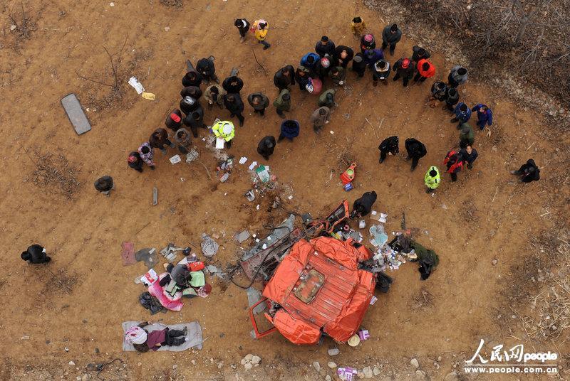 陕西车撞护栏司机身亡 万元现金散落村民帮拾回图片