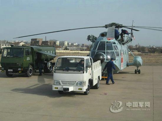 对直-8救护型直升机进行快速抢修。