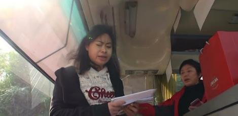 香港女导游突然冲上巴士对内地游客破口大骂