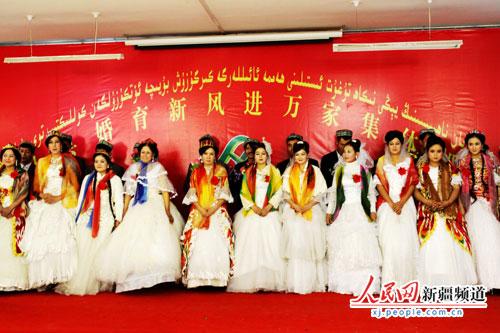 26对维吾尔族新人集体婚礼现场