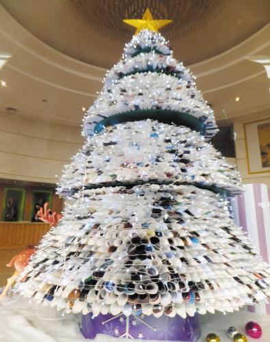 """废纸圣诞树个性又环保.晚报摄手""""余跃军""""摄"""
