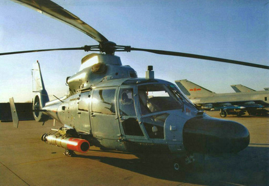 海军直9C型舰载反潜直升机地面展示。