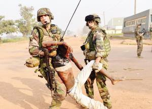 中非共和国食人族_12月23日,在中非共和国首都班吉国际机场附近,法国士兵转移一具中弹