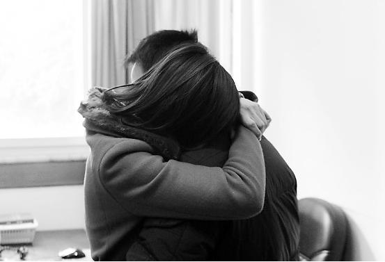 徐女士与家人重逢后激动得抱在一起哭