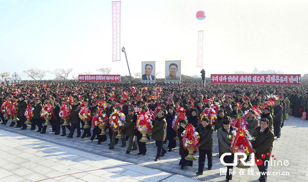 2013年12月24日,朝鲜最高领导人金正恩率朝军高层拜谒锦绣山太阳宫。