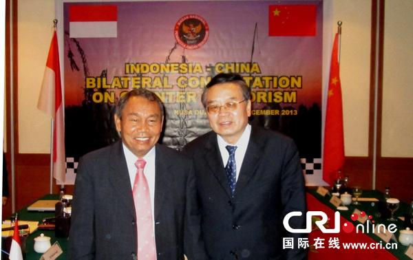 中国副外长程国平(右)上周率跨部门代表团访问印度尼西亚,同印尼国家反恐局局长姆拜举行双边反恐磋商。