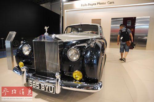 资料图片:2012第十五届成都国际汽车展览会现场的劳斯莱斯展厅。新华社记者 李桥桥 摄