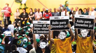 19日,巴西圣保罗,支持者戴着斯诺登面具,要求巴西总统罗塞夫接受斯诺登的避难申请。