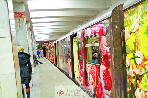 外观色彩缤纷的文化列车