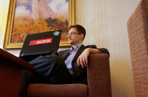 """""""棱镜门""""揭秘者爱德华・斯诺登接受美国《华盛顿邮报》采访。"""