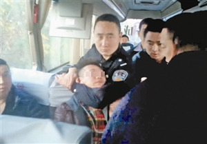 犯罪嫌疑人莫某打在大巴上被抓获(警方供图)。